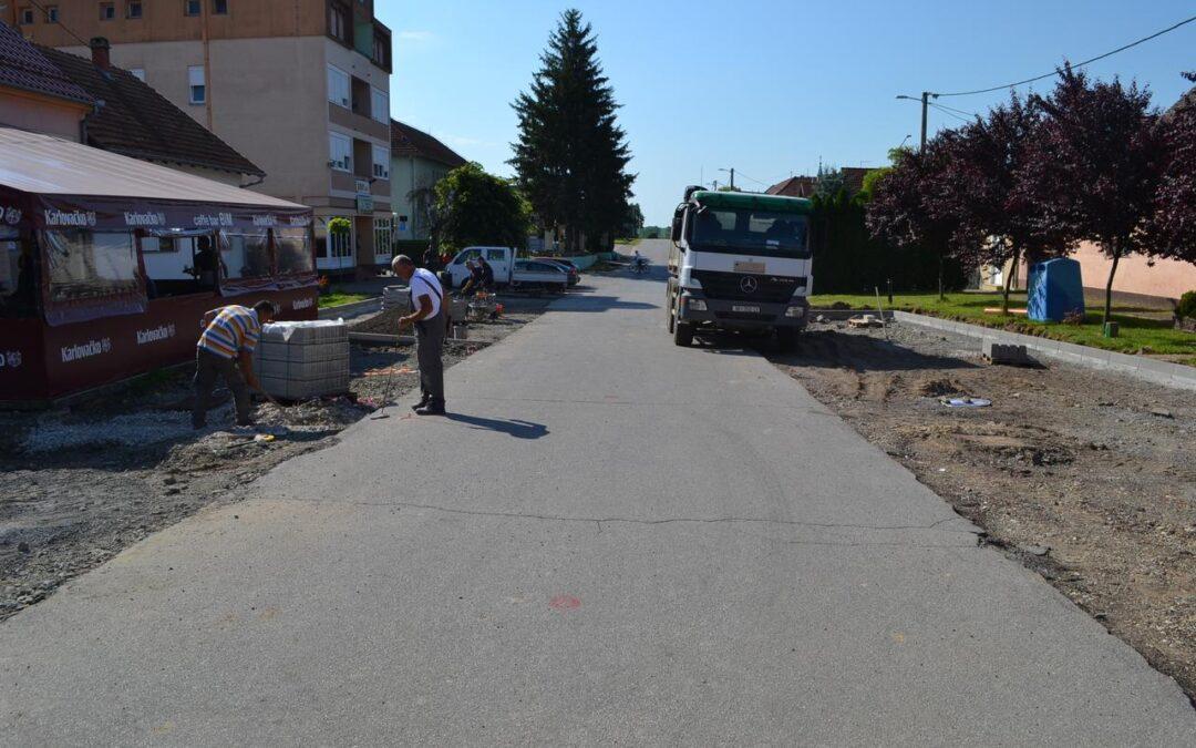 Lovas pretvoren u veliko gradilište; asfaltiraju se ceste, sanira parking, obnavljaju nogostupi, dovršava dječje igralište..