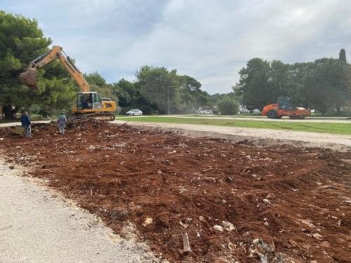 Fažana: Kod plaže Valbandon započeli radovi na izgradnji parkirališta sa 170 parkirnih mjesta